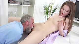 Sweet amateur leaves grandpa to fuck her pussy like a bull